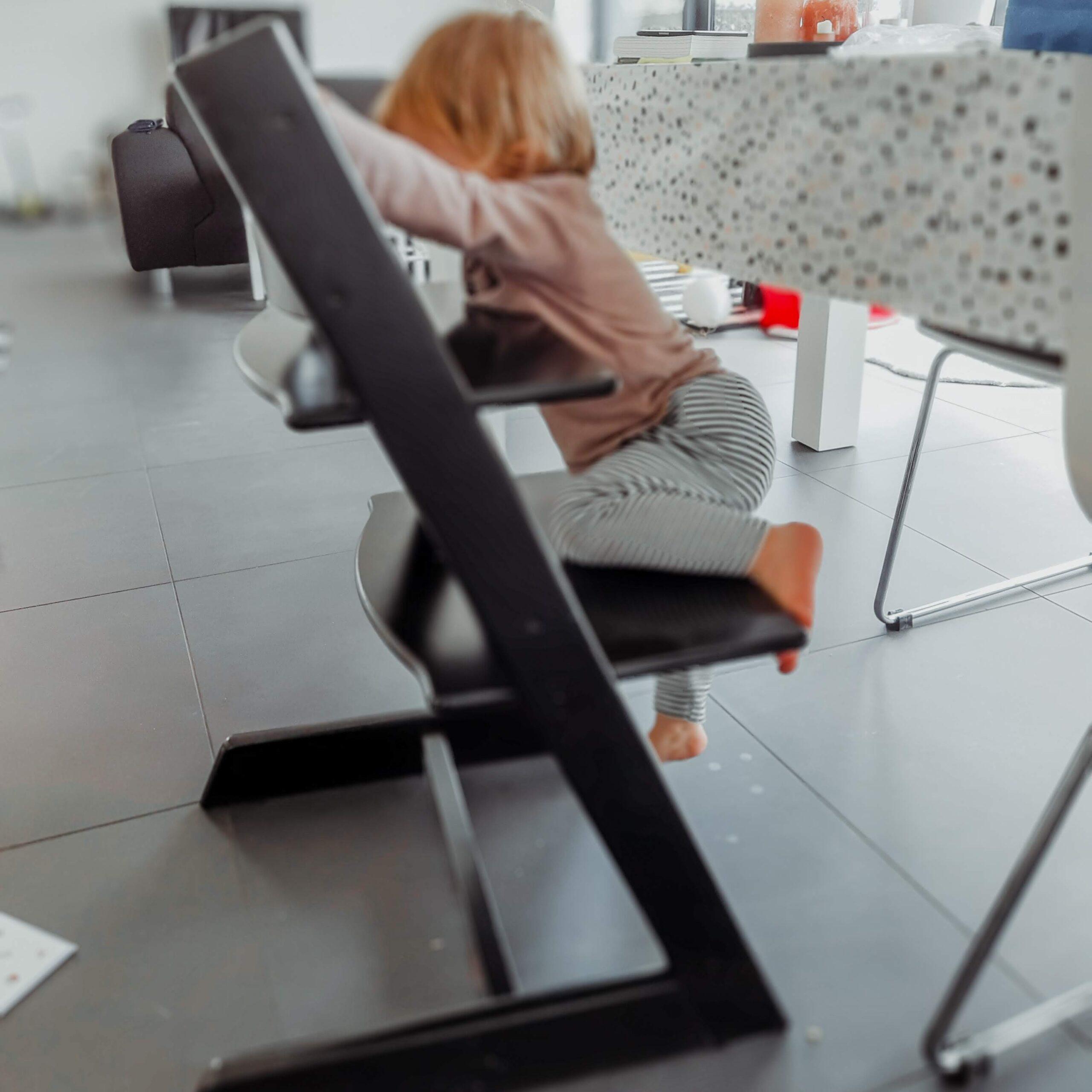 Zelf op de stoel klimmen – peuter week 24